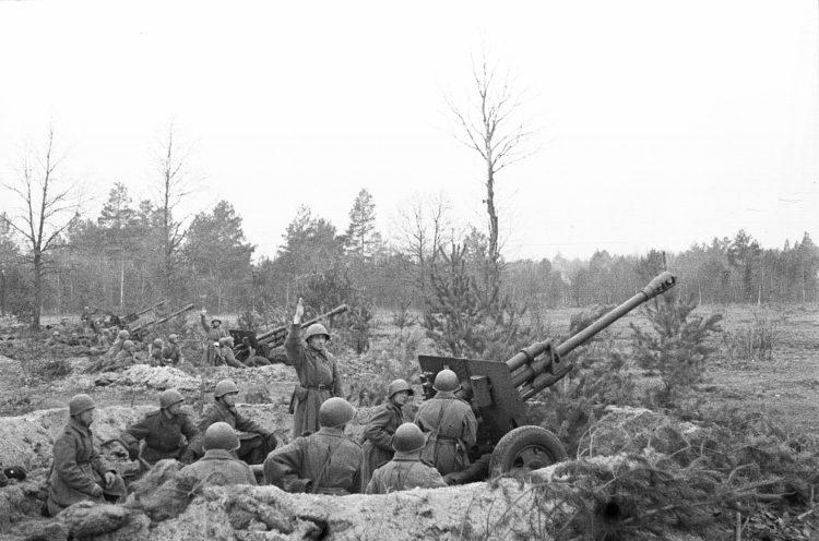 Батарея 76-мм пушек ЗиС-3 гвардии старшего лейтенанта А.И. Кислого 30-й гвардейской Унечской мотострелковой бригады. Взято с waralbum.ru