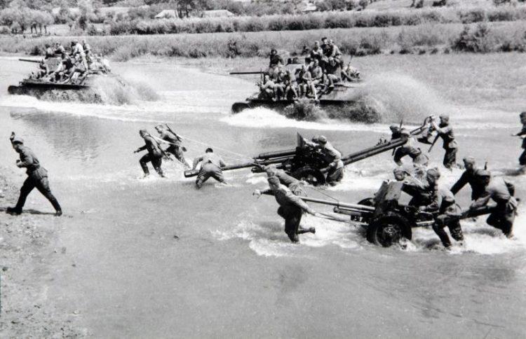 Переправа пушек ЗиС-3 и танков Т-34-76 через реку.