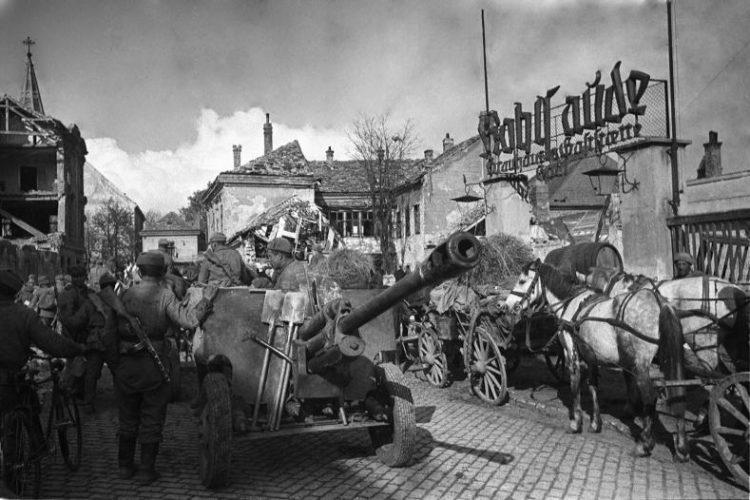 Расчет ЗиС-3 на улице Вены. Май 1945 года.