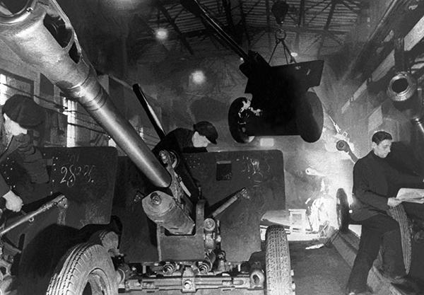 Завод в тылу. 1941-1945. Источник rusplt.ru
