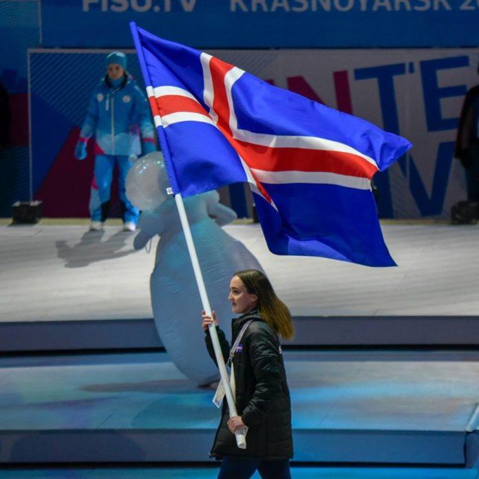 Ева Докг Саймундсдоухтир несет флаг Исландии на церемонии открытия Универсиады 2019 в Красноярске // Источник: официальный инстаграм Универсиады