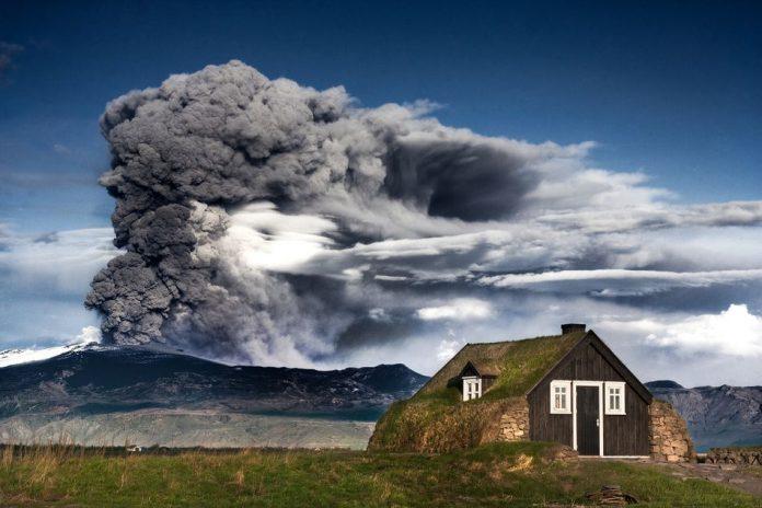 Извержение исландского вулкана Эйяфьятлайёкудль в 2010 году // Источник: Getty Images (Ingólfur Bjargmundsson)