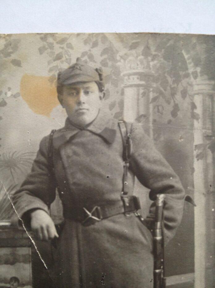 Кусаинов Ескен Кусаинович, командир стрелковой бригады панфиловской дивизии. Погиб 24 декабря 1941 года, защищая Москву. Фото сделано во время службы в Красной Армии. Украина, 1933.
