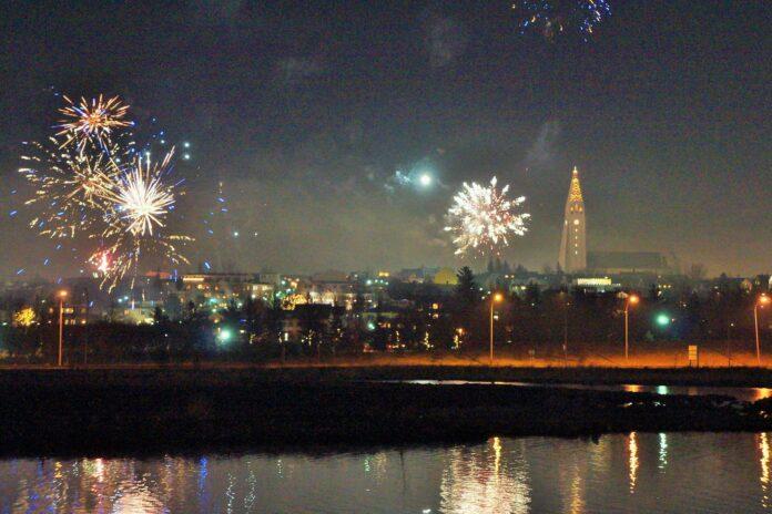 Костры и запуск фейерверков на Новый год в Исландии Фото: @Olga Zolotuskaya