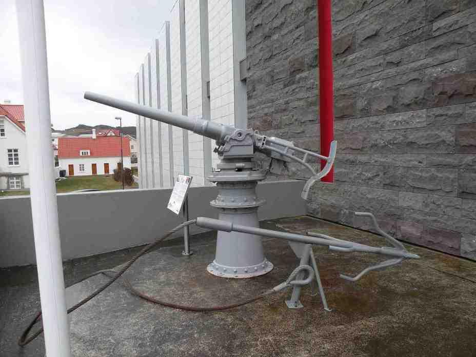Резак (на переднем плане), использовавшийся исландской береговой охраной для повреждения британских рыболовных тралов. За ним – гарпунная пушка