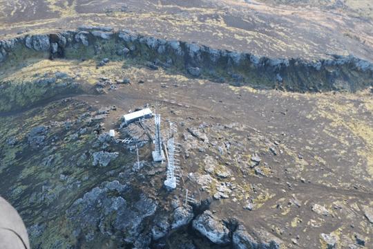 Снимки, на которых виден обвал в Тербьорне Þorbirn, были сделаны сегодня утром во время наблюдательного полета с вертолета береговой охраны. (Фото: Метеорологическое бюро / Эстер Хлидар Йенсен - Esther Hlíðar Jensen)