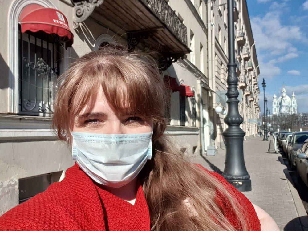 Исландка Хильдур Сиф в маске на улице в Санкт-Петербурге. Фото / Aðsend
