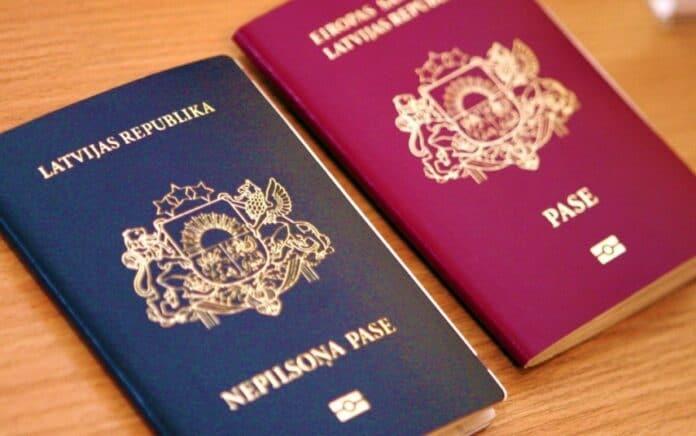 Паспорта Латвии. Фото из открытых источников