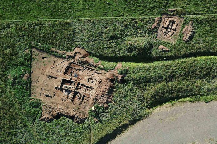 Руины поселения и отдельно стоящего строения в районе фьорда в Сейдисфьордуре. Под поселением были найдены развалины человеческого жилья. датируемые X и XI веками. Фото: MBL