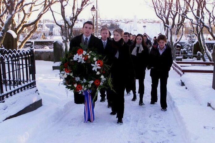 Исландские студенты возлагают венок к могиле Йона Сигудссона, отца движения за независимость Исландии, 1 декабря 2015 года. Фото: Джим Смарт